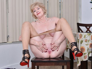 Grandma Sindee likes it naughty and perverted